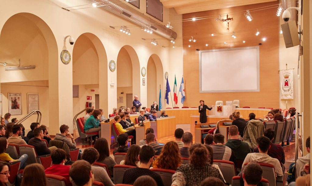 Paola Sciomachen_Presidente ROI _incontro con studenti AIMO